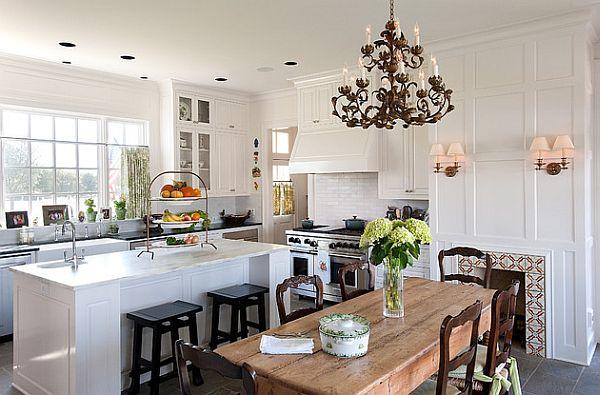 Обеденный стол из массива дерева в интерьере белой классической кухни