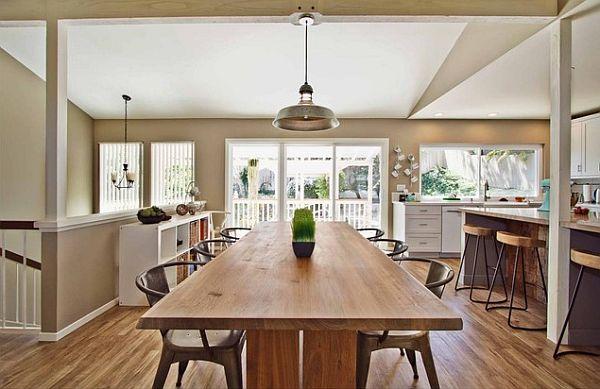 Длинный стол из деревянного бруса в интерьере кухни