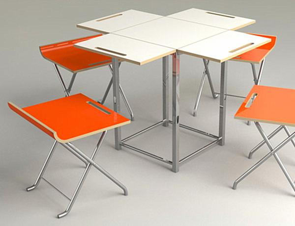 Белый складной столик и ярко-оранжевые табуреты
