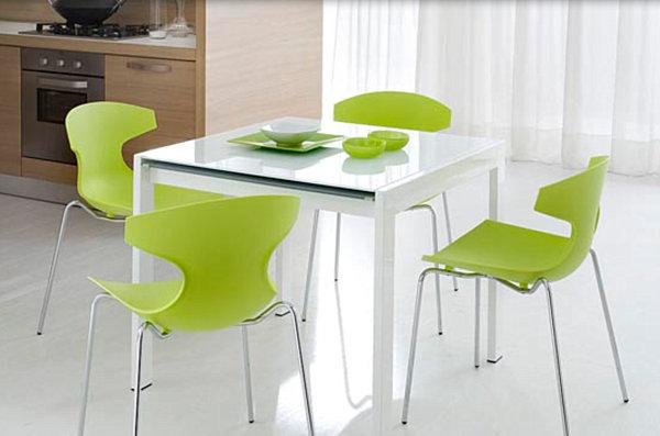 Салатовые стулья вокруг белого стола