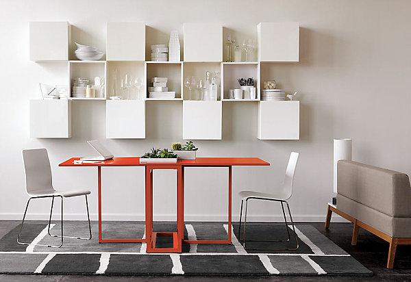 Складной обеденный стол цвета мандарина в интерьере белой кухни