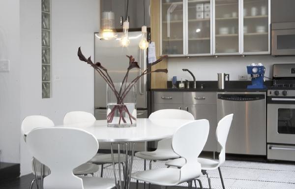 Стеклянный обеденный стол с хромированной отделкой