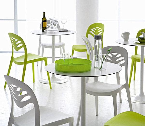 Контрастный набор столов и стульев для современного интерьера