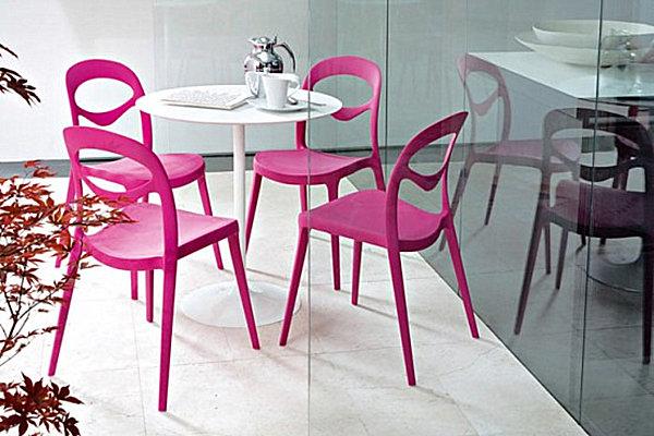 Яркие розовые стулья в уголке для завтрака