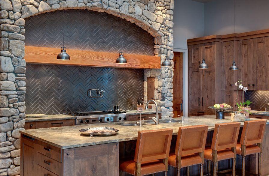 Кухонный фартук, оформленный плиткой с узором «ёлочка»