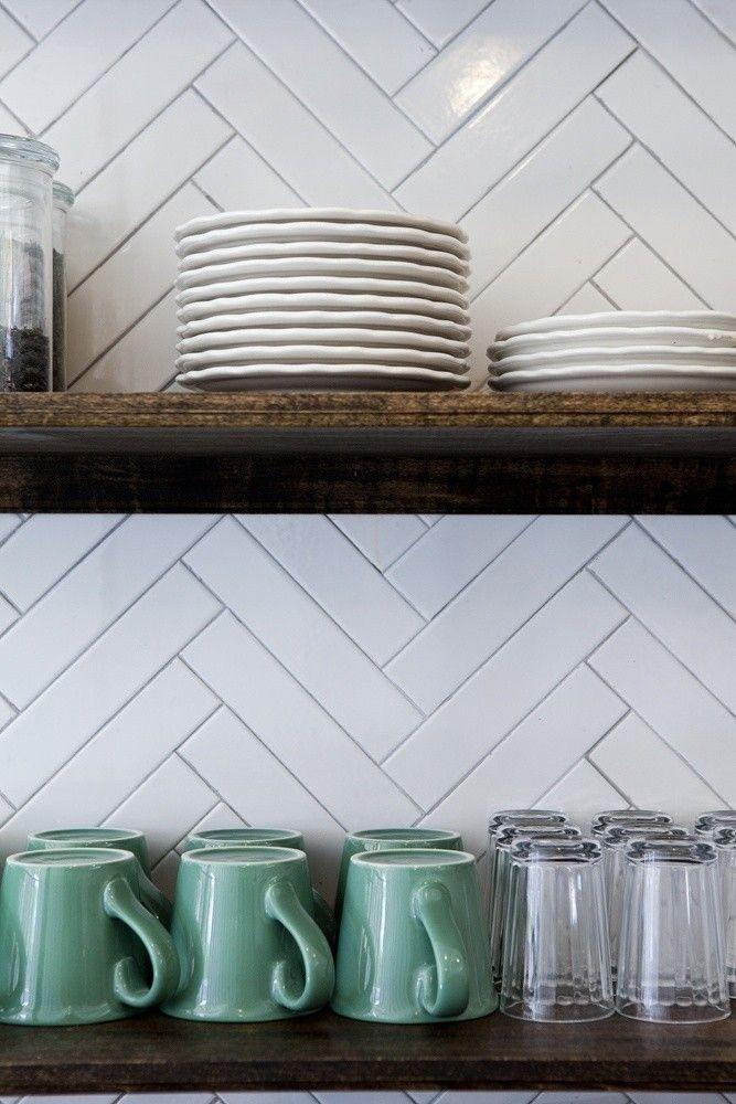 Открытые деревянные полки с посудой