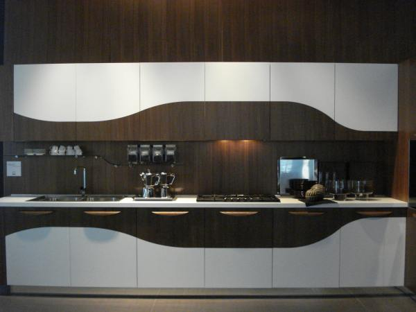 Необычный дизайн интерьера кухни с волнистыми линиями в отделке
