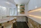 Дизайн интерьера кухни в бело-коричневых тонах с элементами деревенского стиля