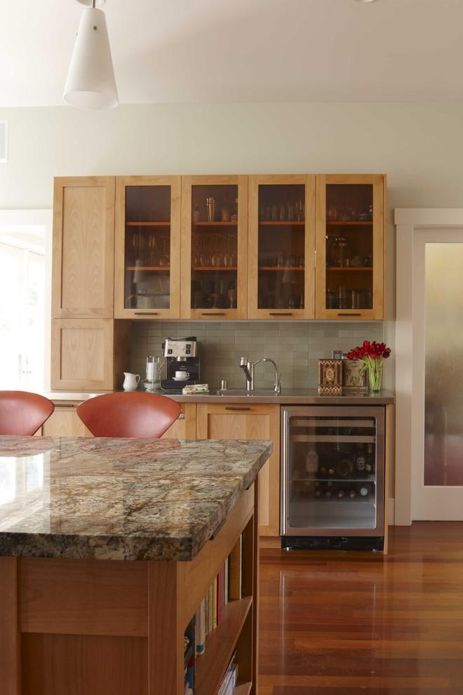 Компактный винный холодильник в дизайне современной кухни от Andre Rothblatt Architecture