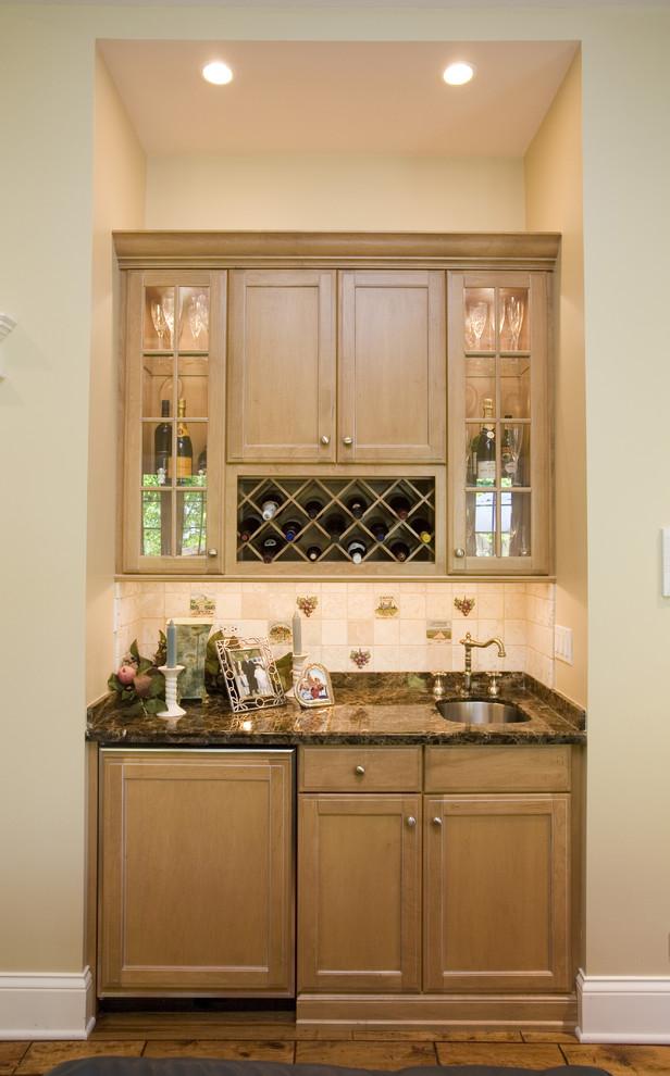Компактный винный холодильник в дизайне современной кухни от Cheryl D & Company