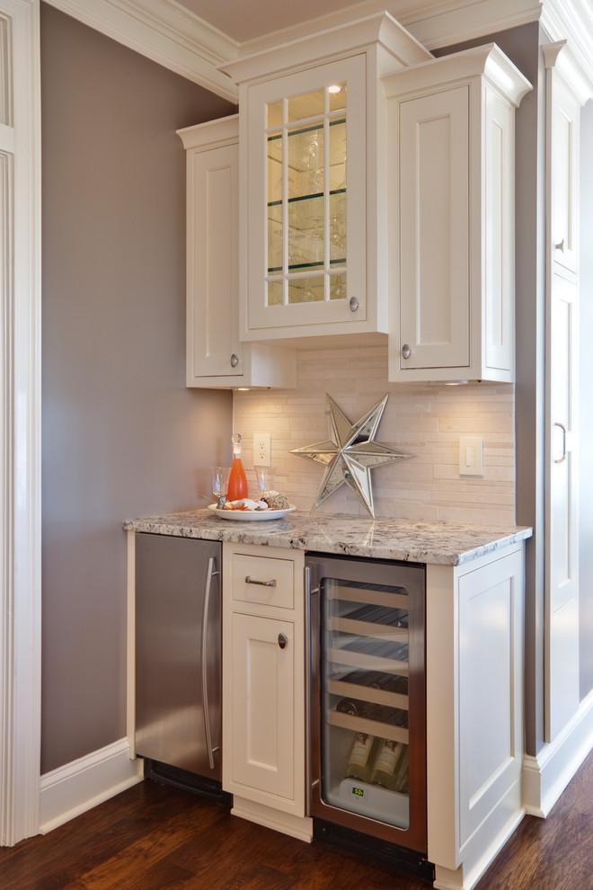 Компактный винный холодильник в дизайне современной кухни от Turan Designs, Inc.