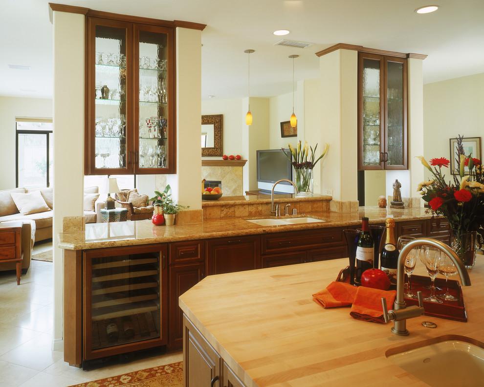 Компактный винный холодильник в дизайне современной кухни от Marrokal Design & Remodeling
