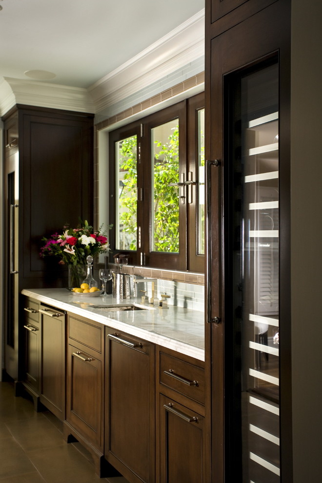 Компактный винный холодильник в дизайне современной кухни от Reaume Construction & Design