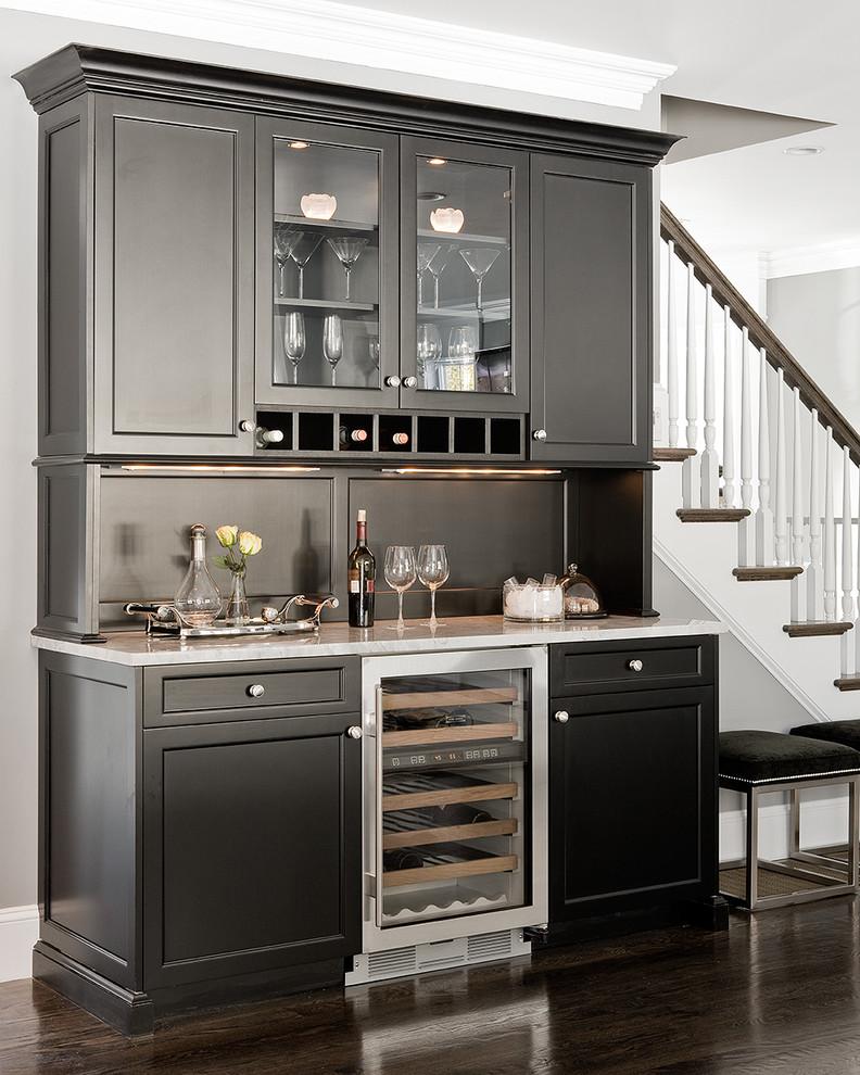 Компактный винный холодильник в дизайне современной кухни от Venegas and Company