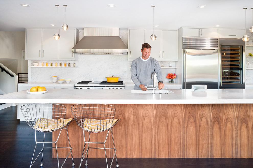 Компактный винный холодильник в дизайне современной кухни от Jennifer Weiss Architecture