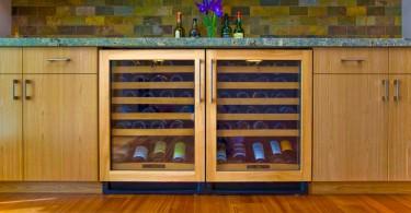 Компактный винный холодильник в дизайне современной кухни от Bill Fry Construction - Wm. H. Fry Const. Co.