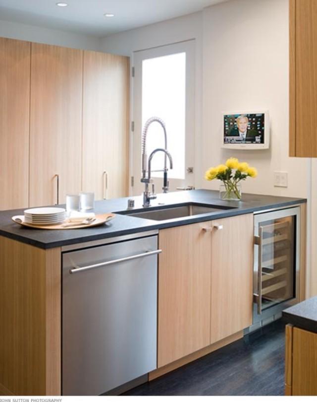 Винные холодильники в дизайне современной кухни: компактный вариант от Michael Merrill Design Studio, Inc