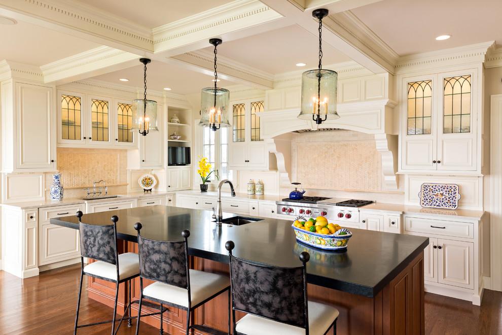 Классическая кухня - чёрная столешница кухонного острова