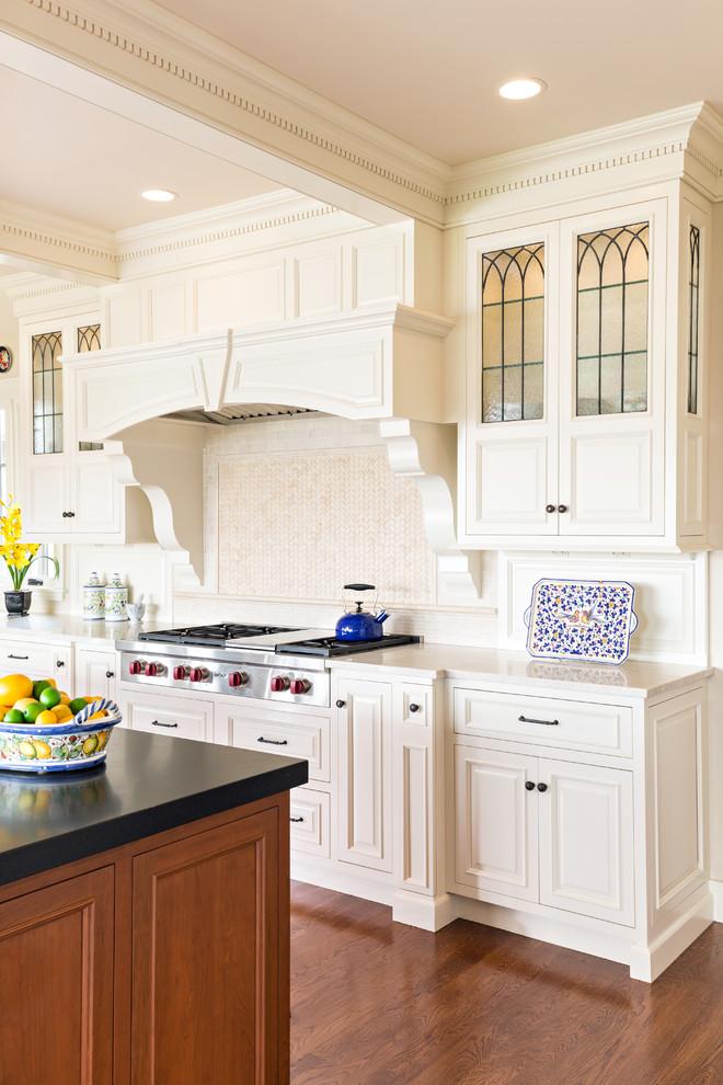 Классическая кухня - белые винтажные шкафы