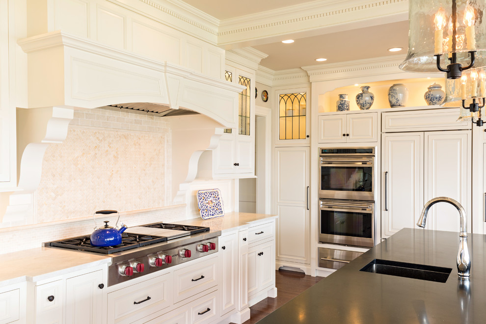 Классическая кухня - белые встроенные шкафчики