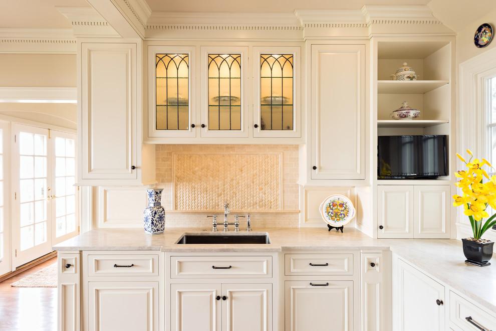 Классическая кухня - светлая плитка в оформлении рабочего фартука