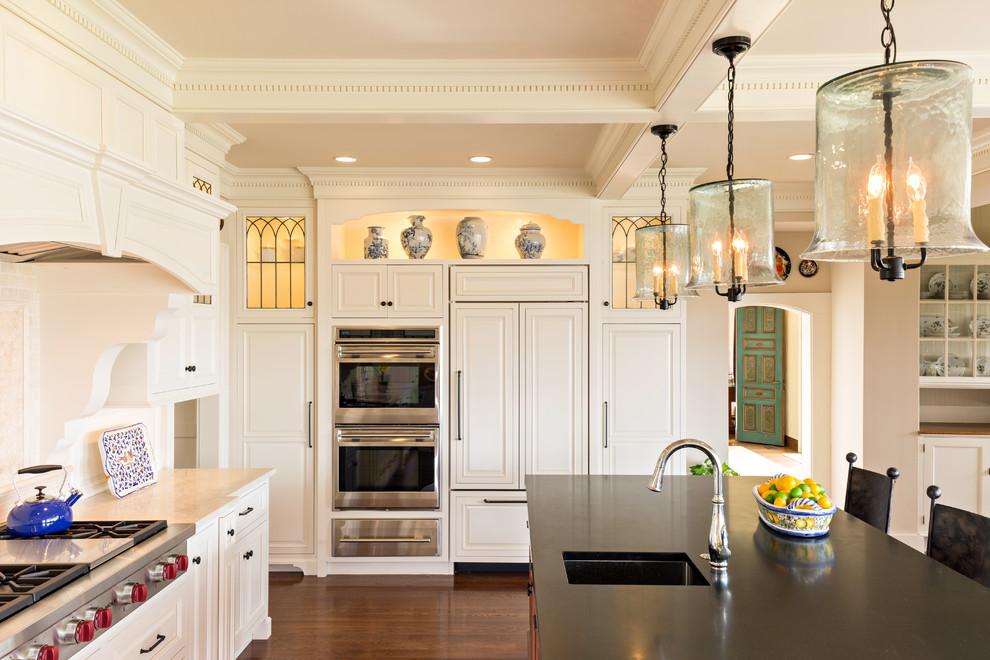 Классическая кухня - деревянные потолочные балки белого цвета