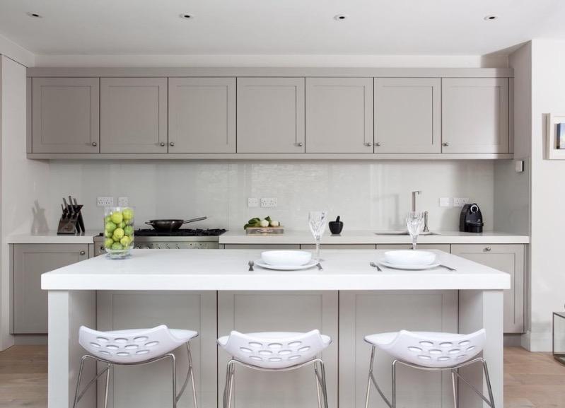 Строгие черты и цвета кухни