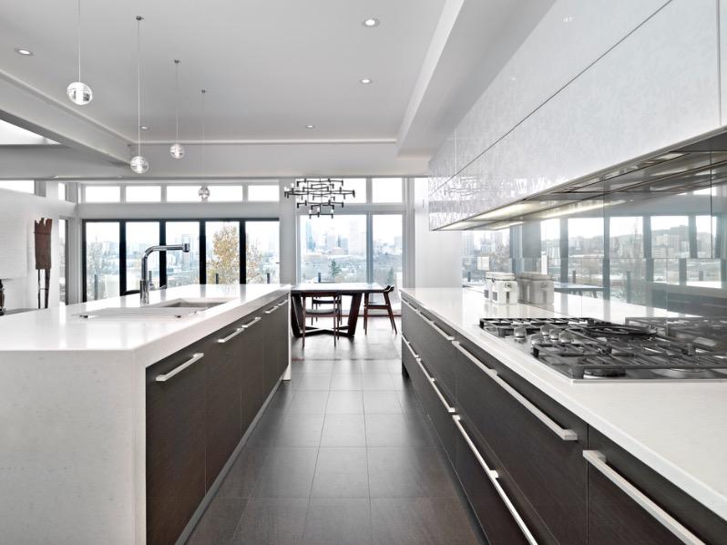 Интерьер двухцветной кухни