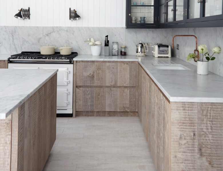Ярко выраженная фактура древесины шкафчиков кухни