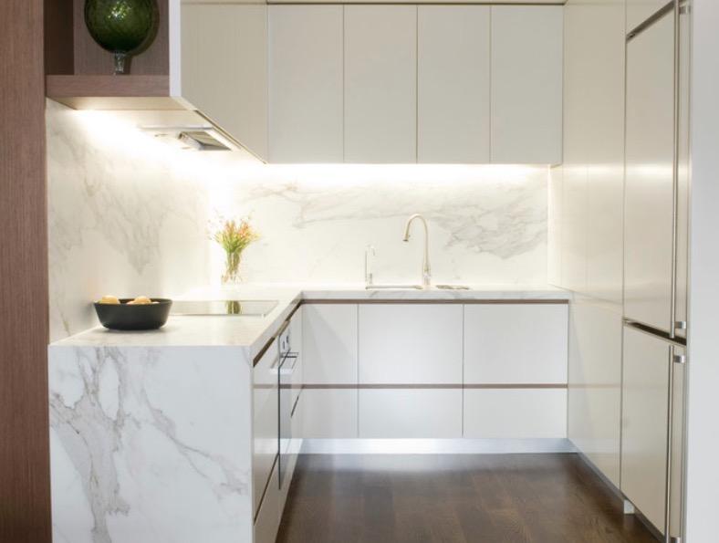 Подсветка под верхними шкафами кухни