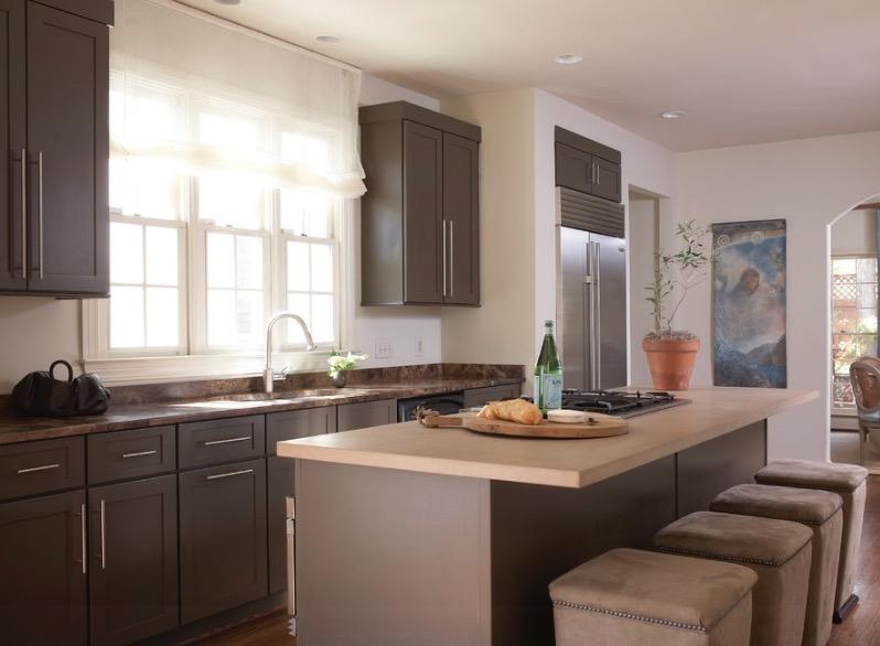Кухня выполнена в благородном коричневом цвете различных оттенков