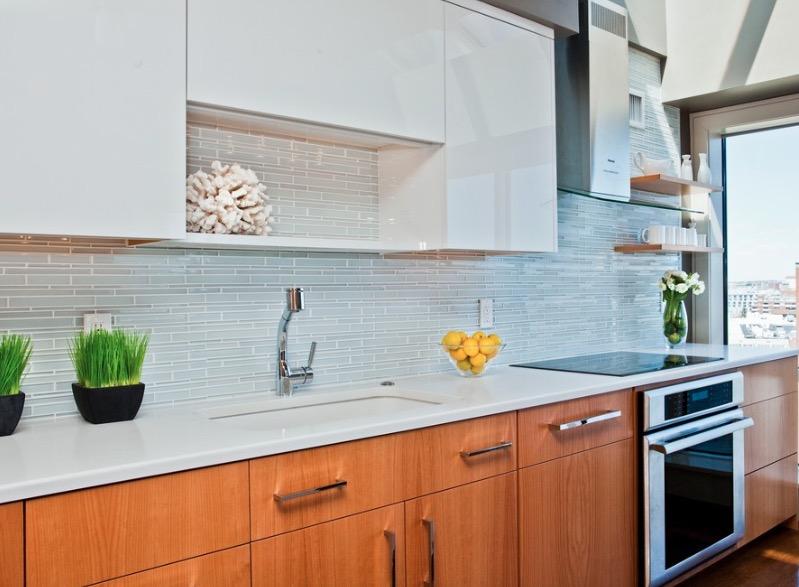 Мягкие коричневые тона кухни разбавлены белыми шкафами