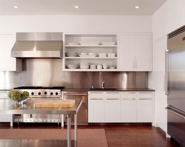 Белая кухня в элементами из нержавеющей стали