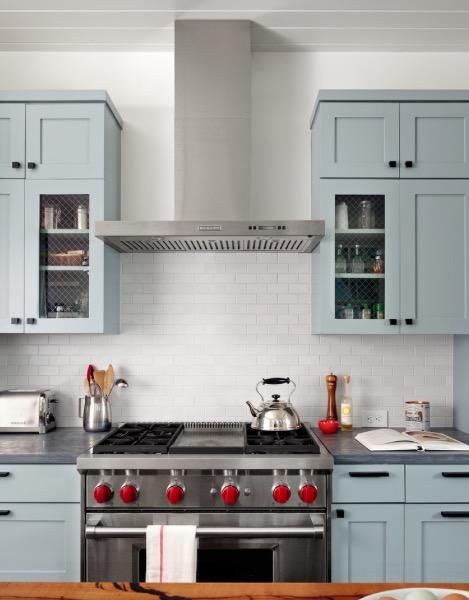 Яркие руки в спокойном серо-голубом цвете кухни