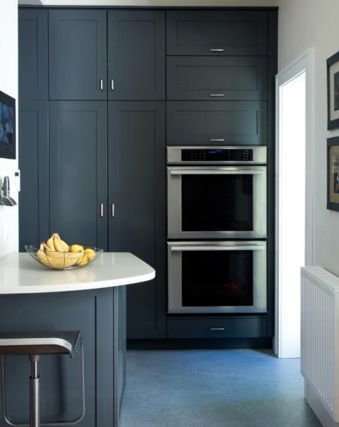 Кухня в строгом темном цвете