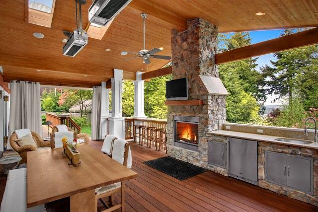 Большая летняя кухня с камином