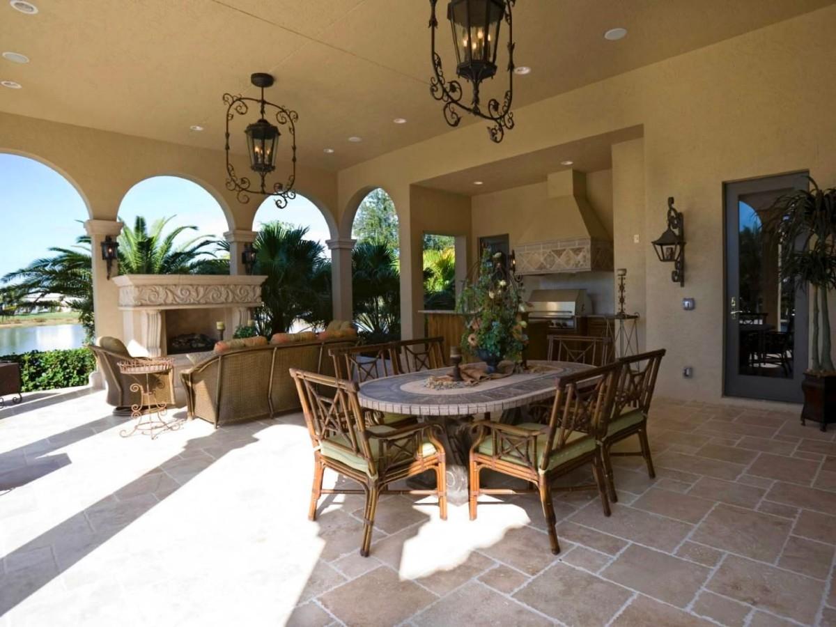 Крытая летняя кухня со столовой