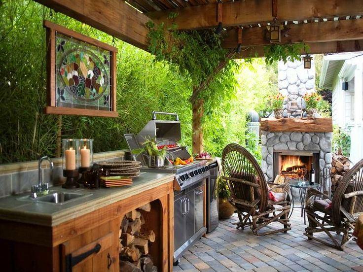 Маленькая летняя кухня под навесом