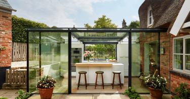 Очень красивая летняя кухня в живописном саду