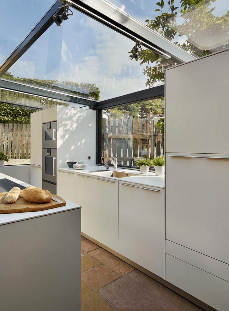 Красивая летняя кухня с белым кухонным гарнитуром