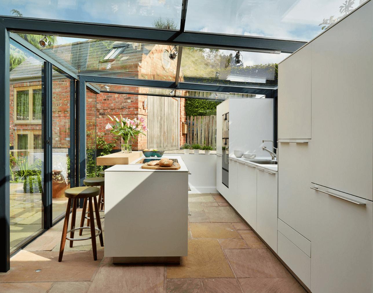 Красивая летняя кухня с застеклённым навесом