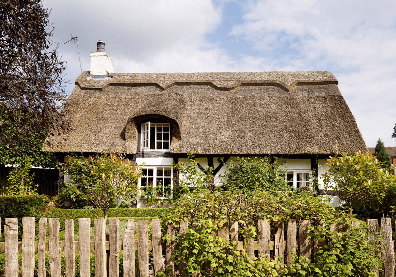 Загородный дом с красивой летней кухней