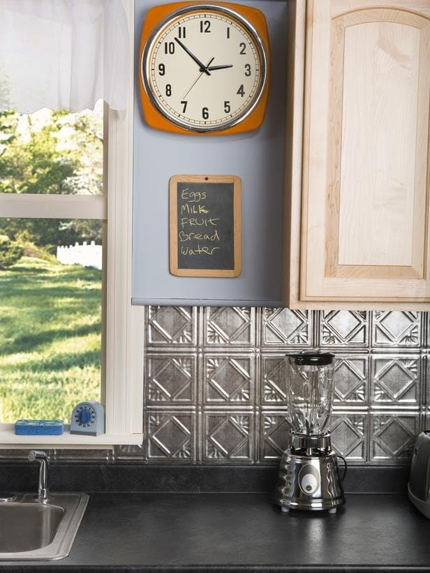 Красивые кухонные фартуки из листового олова