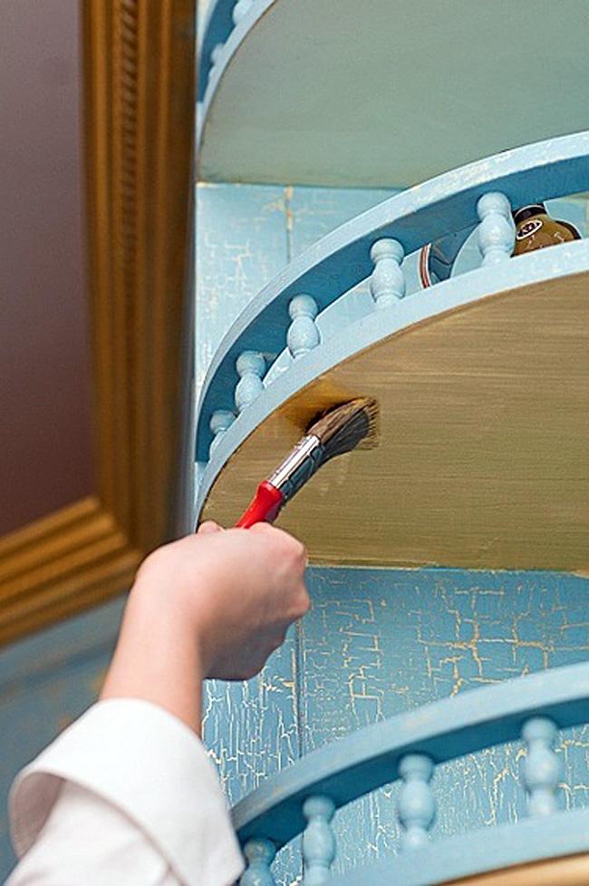 Процесс покраски открытой кухонной полки