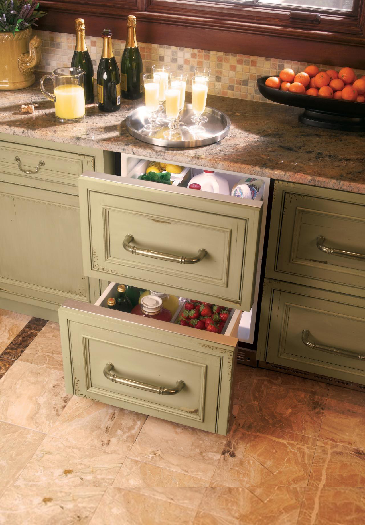 Выдвижные ящики для кухонных аксессуаров в интерьере кухни