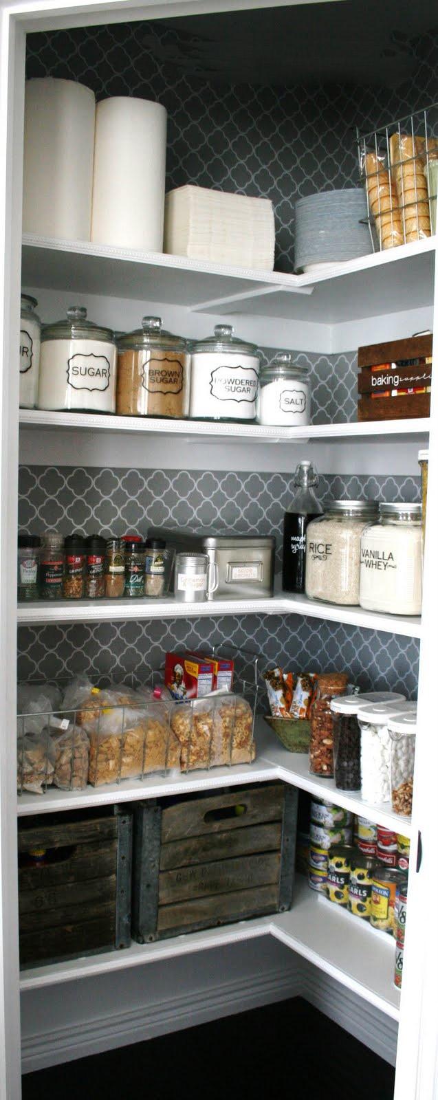 Открытые полки с продуктами и кухонными аксессуарами в маленькой кладовой