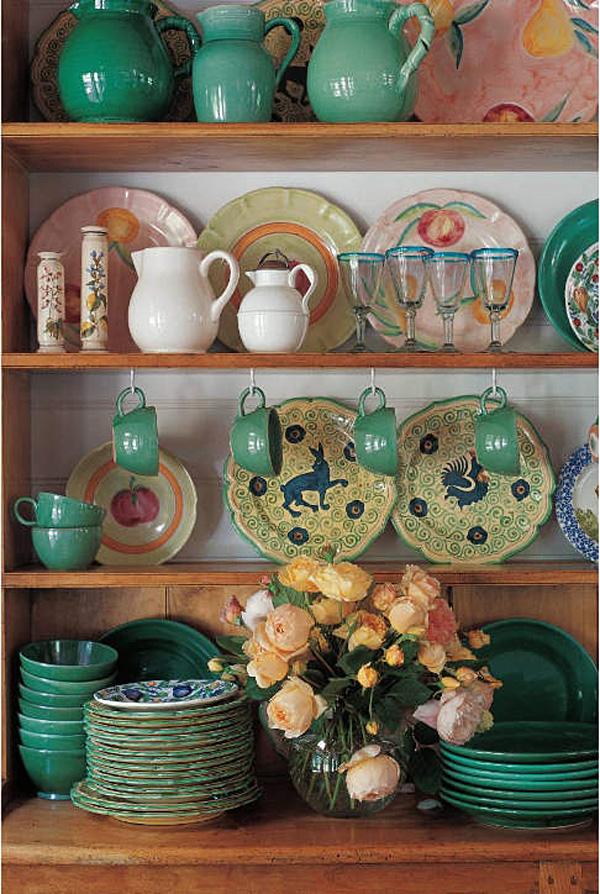 Открытые деревянные полки с керамической посудой