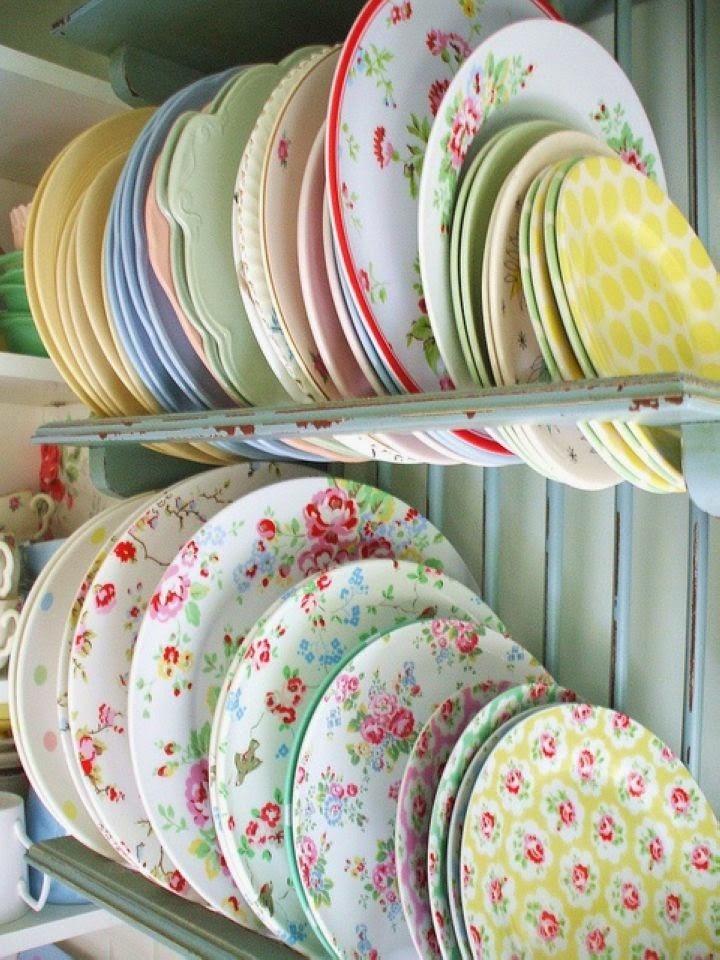 Разноцветные керамические тарелки с цветочным узором