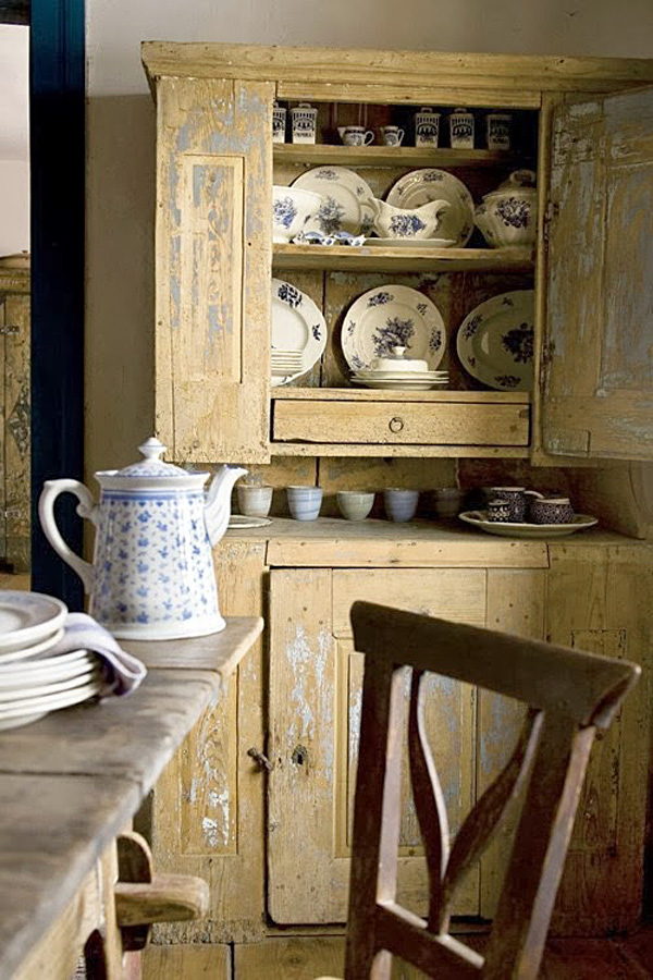 Кухонный буфет, стилизованный «под старину»
