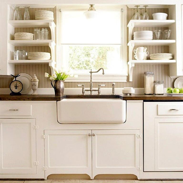 Кухня в загородном доме с характерными элементами деревенского стиля